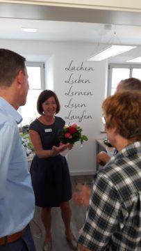Silvia mit Gästen in ihrem Büro